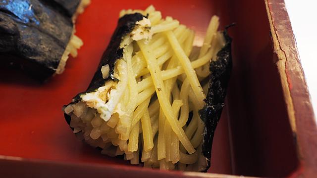 しっとりとした海苔と蕎麦の間にはさまってるのはショウガ。ピリッとして凄く合う。