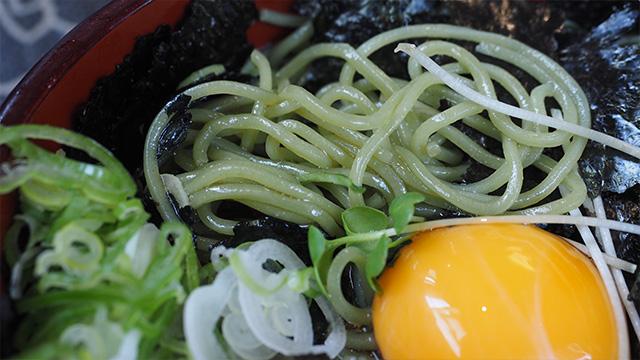 しっかり緑色の麺。ひときわ艶っぽいのはごま油がかかっているから。