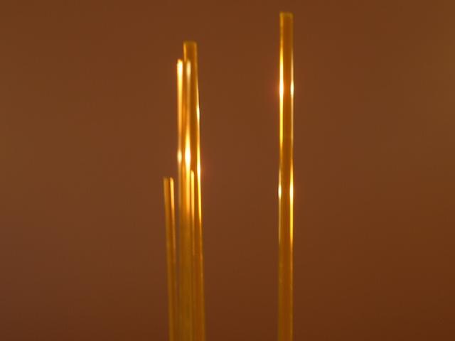 イエローの透明アクリル棒を用意しました。