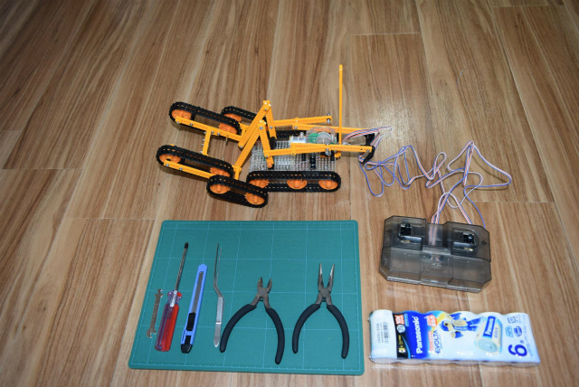 ロボットの心臓部、タミヤ製レスキュークローラーが完成。 プラモデル?を初めて作った。 組み立て方が良くなかったせいかまっすぐ走らない。(Aさん)