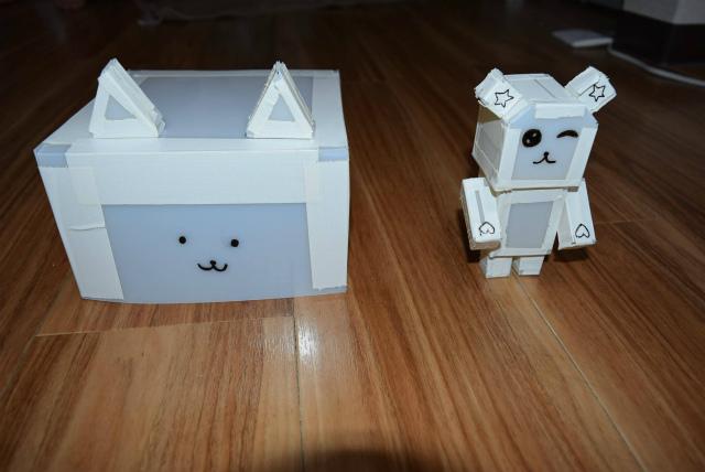 ロボットの外装が完成しました。組み合わせて完成させます。名前は「ティッピー&モフルン号」としました。素材はプラスチックシートと布テープです。