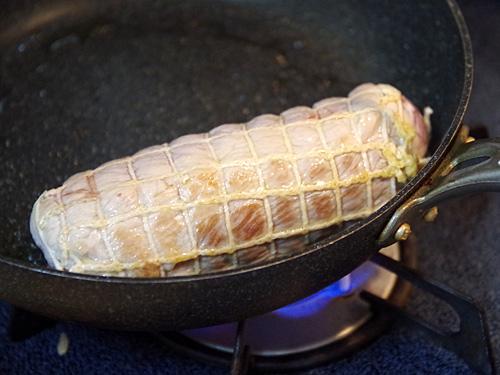スープと一緒に煮込むチャーシューは、軽く表面を焼いておく。