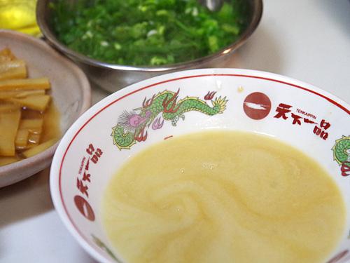 スープを注ぐ量は、丼の赤いメモリに合わせる。