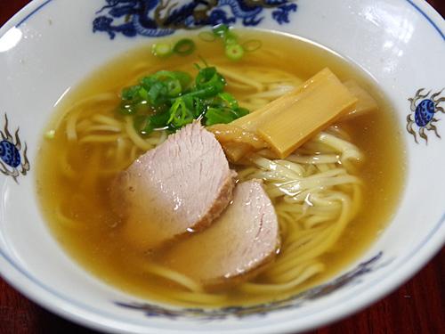 適当に作ったスープでいただくあっさりラーメン。参加者の全員が天一のあっさりを食べたことがなかったが、これはこれでうまかった。