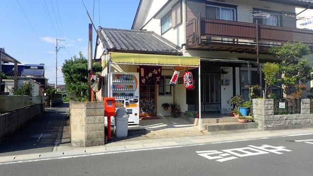 浜松駅から自転車でちょっと行ったところにある「ほっこり」。駄菓子のあるお好み焼きやさんだ