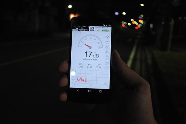 スマホのアプリで調べると17デシベル。「木の葉の触れ合う音」レベルだそうです。参考:騒音値の基準と目安