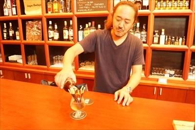 神崎さん「レシピ?いいよ。氷と水を入れたグラスにポッキーを入れて、そこへさらにラム酒を加えます」
