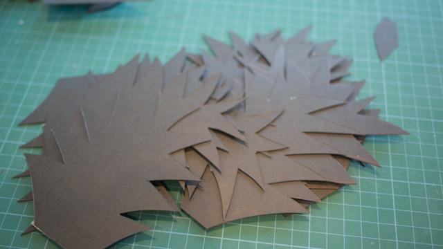 まず厚紙で背びれを適当に作る。手のひらサイズで20枚程度あるとかっこつくと思う。