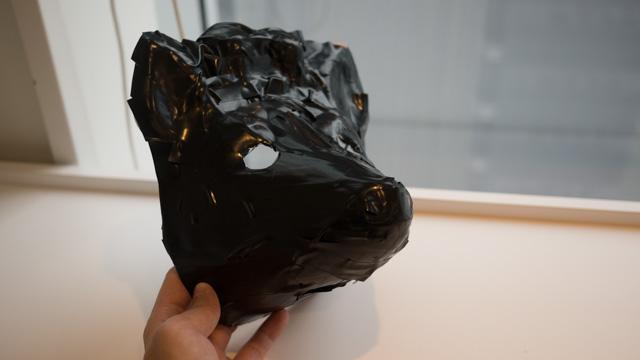 ゴムっぽい皮膚感がいいと思うので、ビニールテープを貼って黒くした