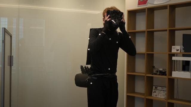 最後に各パーツをテープでつけて、お面をかぶると完成である。