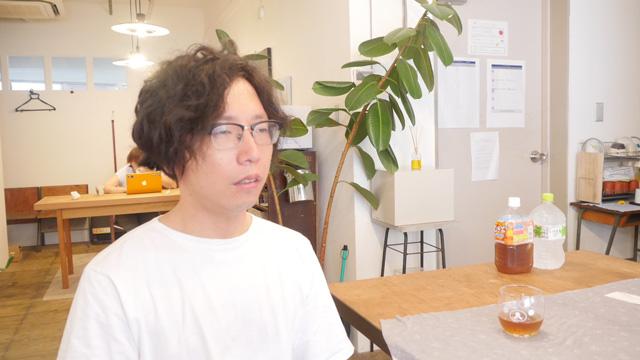ライターの大北さんも学生時代、受験勉強の合間にホーミーの練習をしていたそうである。(写真は、これから行くホーミーの教室で発声の練習をしているところです)