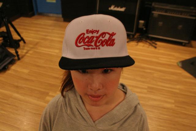 B-boyの格好をしたことがなくよくわからなかったので、キャップはなぜか「エンジョイ コカ・コーラ」