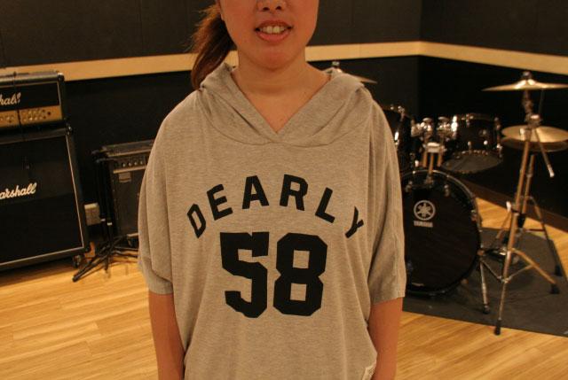 つづりがなんとなく「デイリー」っぽかったので買った半袖パーカー。「デイリー」でも無いし、翻訳したら「DEARLY=心から」という意味らしく、「心から58」って何