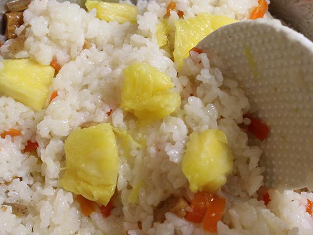 炊きあがりに具材とパイン寿司酢をまぜる。