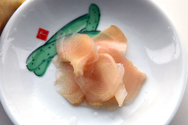 新生姜と酢が合わさるとこの色になるらしい。