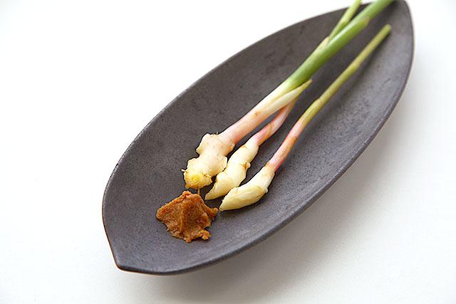 谷中生姜。ちょいと味噌をつけて食べるわけです。茎の部分をどれだけ食べられるかチャレンジします。