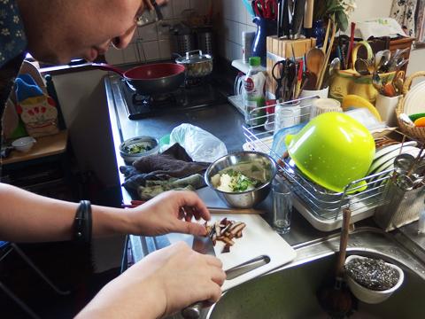 ちらし寿司に「うなカマ」を混ぜればぜったい美味しいし本物と思われるはずだ、と必殺料理人の友人がいきなりはりきり出す。