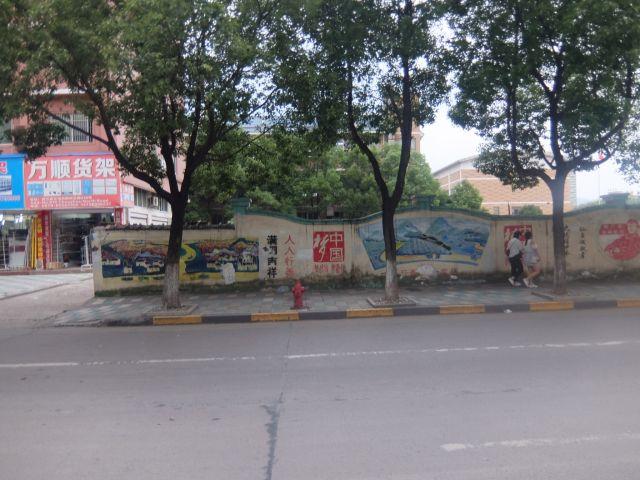 中国の壁絵は、長く続く壁にずーっと描かれがち。