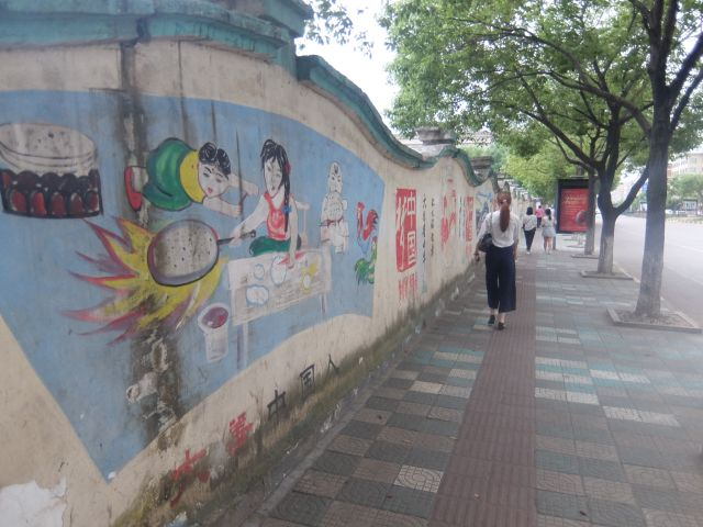 壁への字はすごいけど、壁の絵は素人っぽい。だがそれがいい。