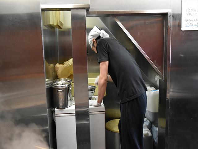 カウンターの奥で麺のスタンバイ