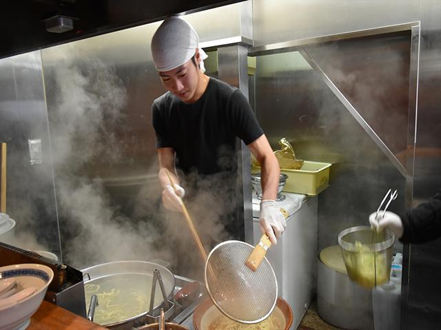 小野塚さんの腕力で麺をあげて