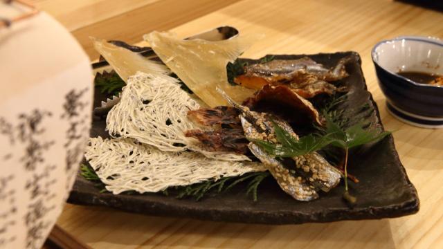 肴に炙り焼きのセットも用意してもらった。旬の海鮮炙り五種盛980円
