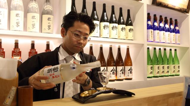 マネージャーの丸山さんも参戦してきた。「オススメください!」の一言にギラつきだす感じ、伏見の酒への愛がバンバン伝わってくる。