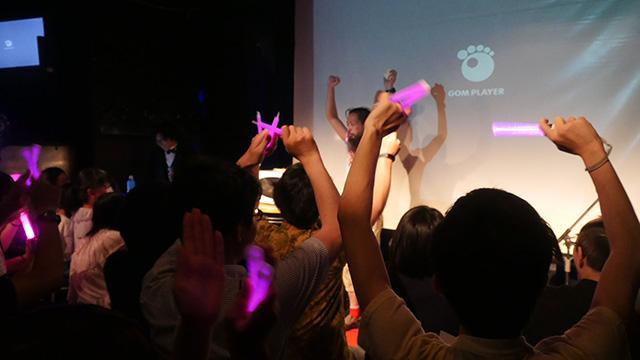 歯列矯正中の岩沢さんはプカデミーで「柔らかいものをおそるおそる噛むショー」を行い、ソフトせんべいをかみきった瞬間会場は底が抜けたようにわいた。こんなどうでもいいLIVEとそれを応援するお客さんという形の幸せさに感動した