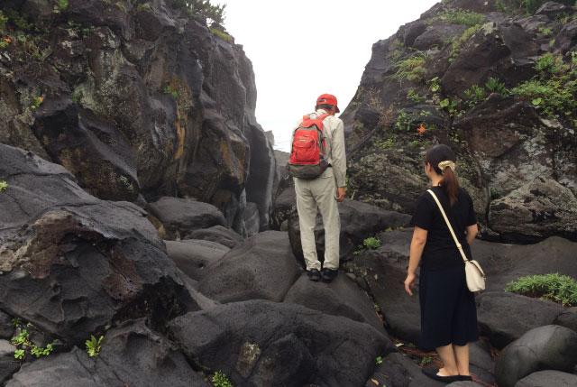 木村さん「足の裏を岩にぴったりくっつけて歩いてください」(滑らないようにするため)
