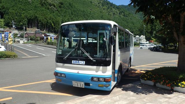 筏下り客専用のバス