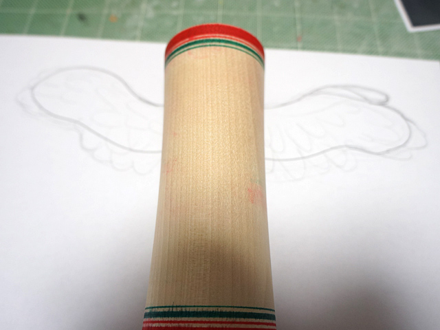 まずは作りやすそうな羽根から。土台となる形を描いてみる。