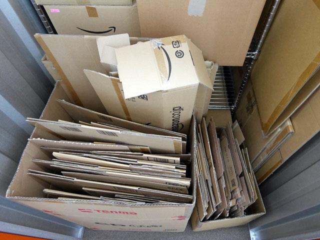 中には大量のAmazon箱が置かれている。飲食店の裏口にあるゴミ箱のような佇まいだが、これが私のコレクションである