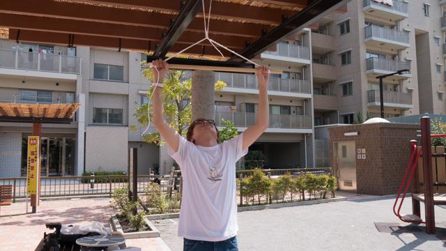 柱にこういう棒を吊り下げます