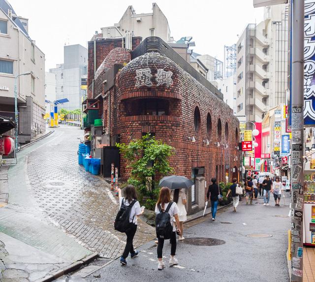 東京で最も有名かつダイナミックな「立体Y字路」は渋谷のこれだと思う(場所はここ)。