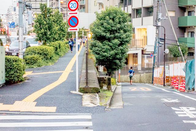「広い通りからの分岐」でいうと、ここなど、まことに惜しい。場所はここ。
