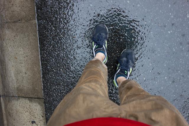 びっしょり。歩くたびに靴の中の水がギャッポギャッポと音を立てる。
