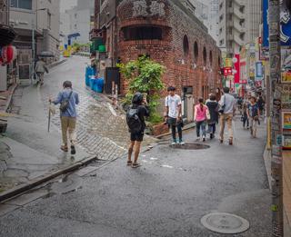 冒頭の渋谷にある立体Y字路ではしばしば記念撮影が行われている。そりゃあここで撮るよね!  って感じ。