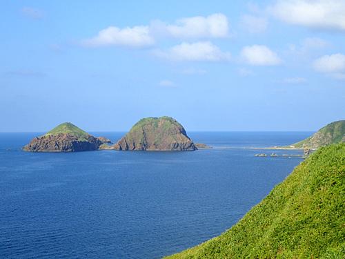 近くにある大野亀(海に突き出した巨大な一枚岩)から見た二ツ亀。ひょっこりひょうたん島みたいだ。