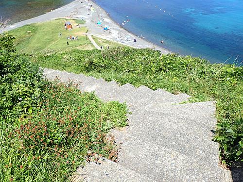 最後は石段を下りてようやく到着。これぞ天国への階段だななんて思っていたら景色に見とれて転びそうになり、別の意味で天国行きになりそうになった。