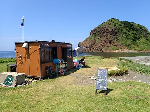 海の家はないけれど小さな売店があった。これくらいがちょうどいい。