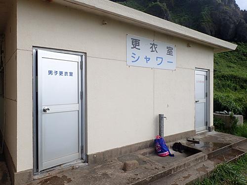 しっかりと更衣室も完備。シャワーは200円かかるけど温水がでるよ。