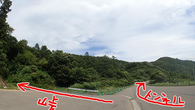 まっすぐ行くと新しくできたトンネル、左に入ると旧道、旧三森峠。