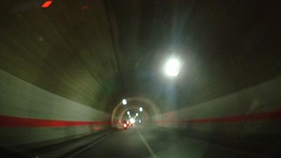 心霊スポットとして名高い三森トンネルにて。ここでクラクションを鳴らすとやばいらしいので絶対に鳴らさなかった。