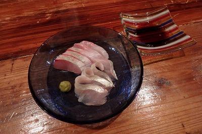 イグアナには出会えなかったが、悪いことばかりではない。石垣島では珍しい地魚を食べるのも楽しみの一つ。これはカイワリというアジの仲間の刺身。脂に甘みがあって美味い。