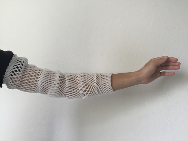 「もう腕に連続ではめちゃえば袖っぽくなるのではないか。あ、これすごいいい思いつきなんじゃないか!」と思ってやってみたらなんだか変態っぽくなった。