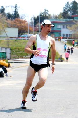 マラソンならその2、3倍。ダッシュなら4、5倍速くなります。東北風土マラソンの記事より。