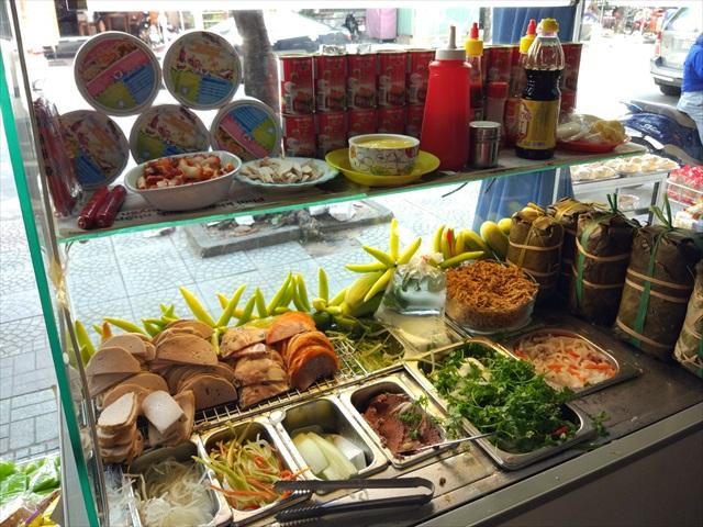 具材と調味料がギッシリと並べられた調理台。