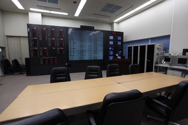 利根川ダム統合管理事務所の会議室はさまざまな情報が表示されていてかっこいい(許可を得て撮影)