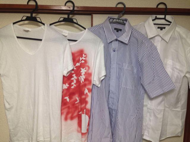 Tシャツが2枚。Yシャツが2枚。