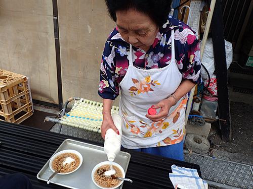 セキノ商店のとんこつは、こぶつゆに謎の白い粉を入れたもので50円だった。